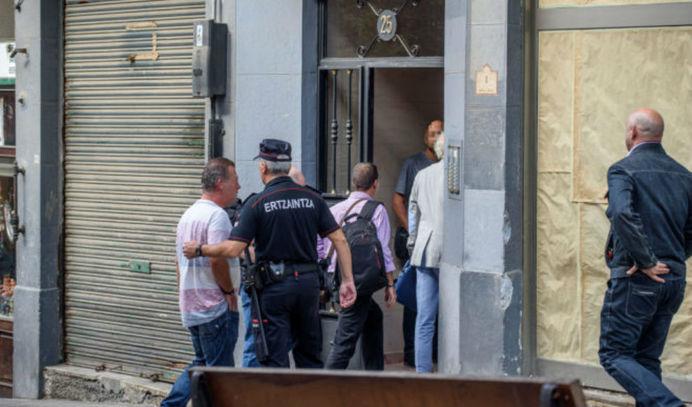 La Ertzaintza en la entrada al domicilio en el que ha sido localizada la mujer muerta. // ARABA PRESS/ PATXI CORRAL (Foto)