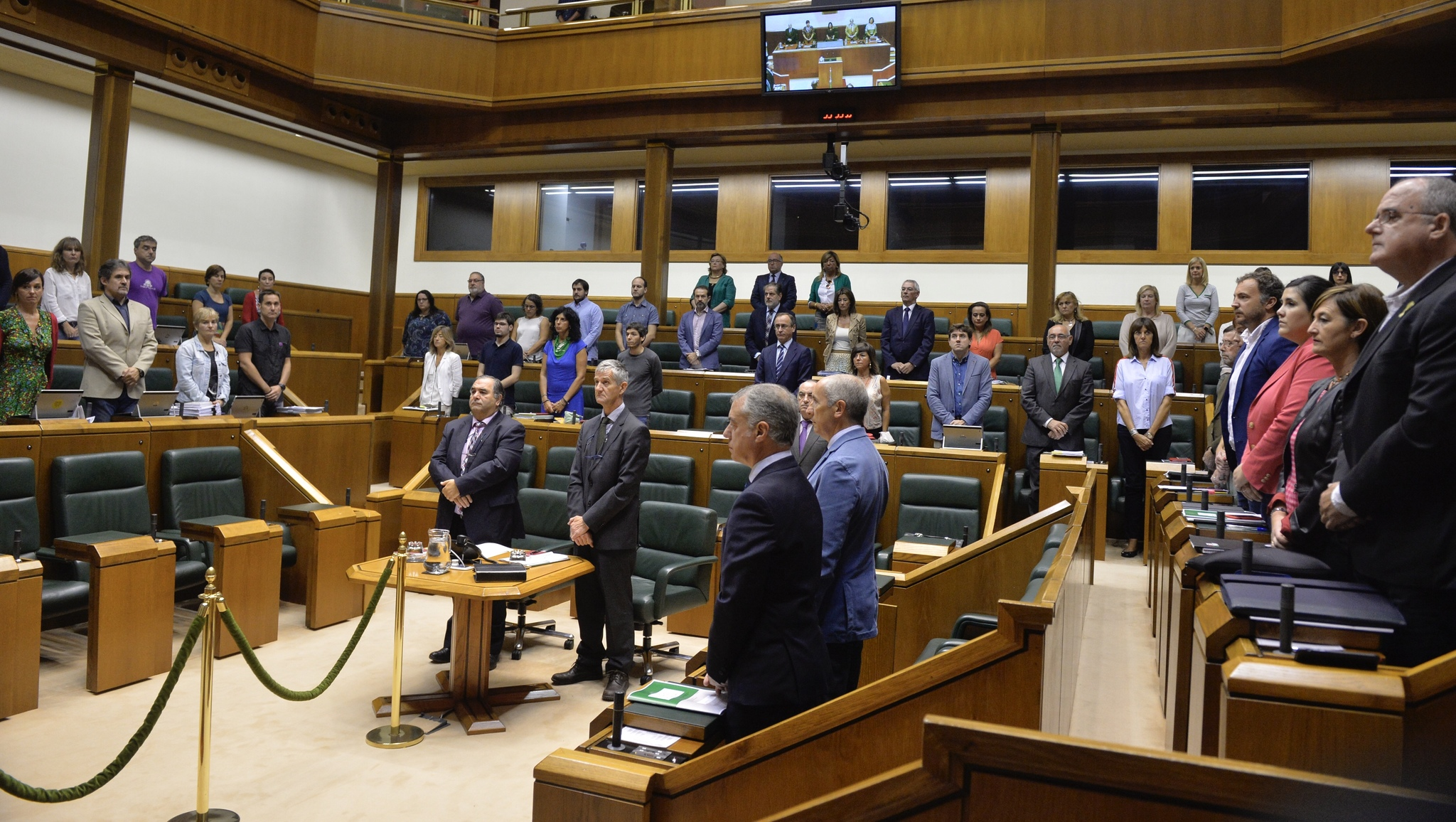 Concentración en el Parlamento Vasco de condena del asesinato de Maguette. ARABA PRESS/ PAULINO ORIBE