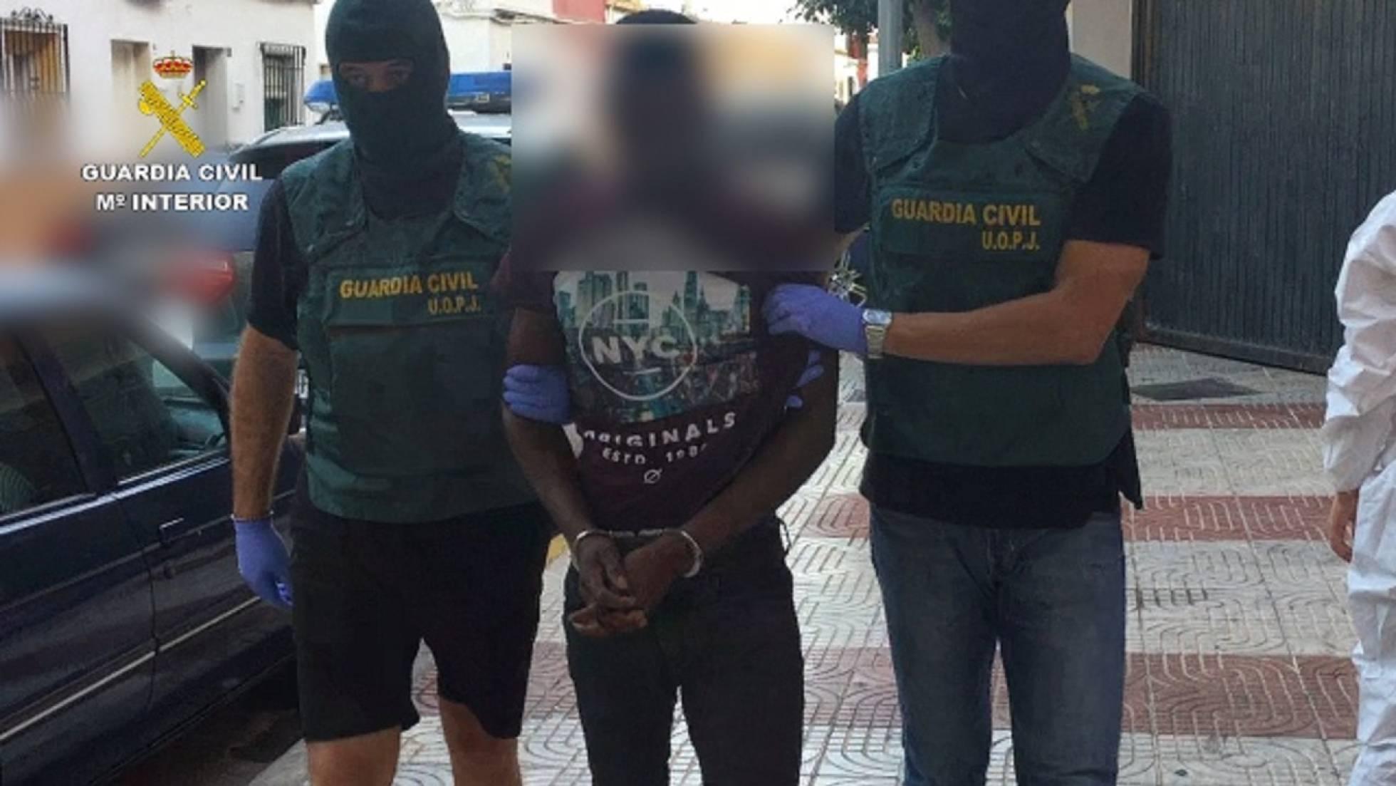 El presunto asesino tras ser detenido en el aeropuerto de Madrid-Barajas. GUARDIA CIVIL.
