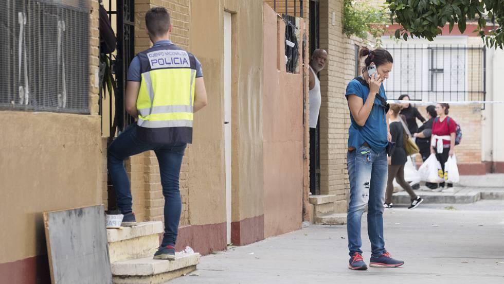 Un agente de la Policía Nacional accede a la casa donde fue apuñalada una mujer. PACO PUENTES | EFE