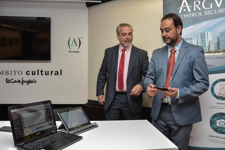 Riera y Martín hacen una demostración de la app, ayer. - ANDRÉS RODRÍGUEZ