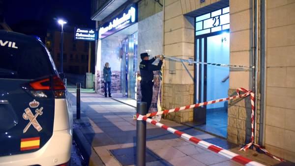 Efectivos de la Guardia Civil precintan la entrada del inmueble donde ha ocurrido un caso de violencia machista en Monzón, Huesca. (Javier Blasco / EFE)
